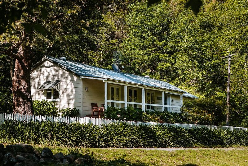 Beautiful Country Cottage accommodation set in a tranquil pocket of..., alquiler vacacional en Bellawongarah