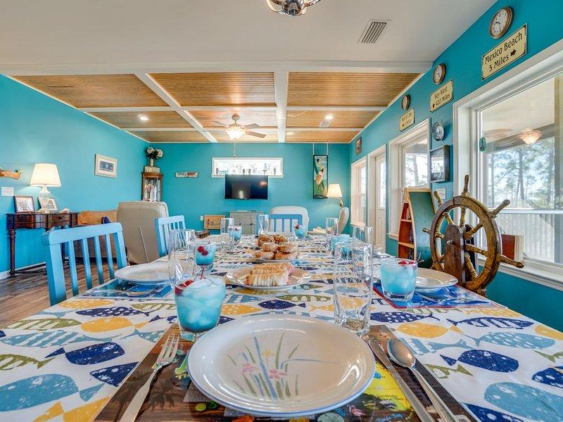 Vibrant Pet-friendly Villa with sunset views on a private beach, alquiler de vacaciones en Port Saint Joe