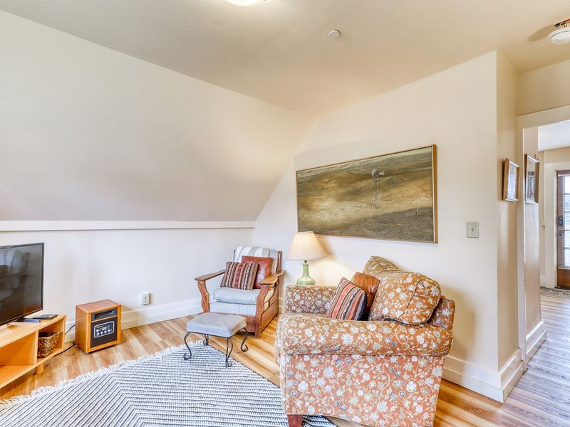 Dog-friendly, downtown loft w/ a deck & enclosed yard - bikes available!, vacation rental in Arcata