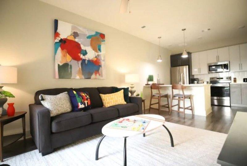 Mid Century Retreat ∞ King Bed ∞ WIFI, holiday rental in Atlanta