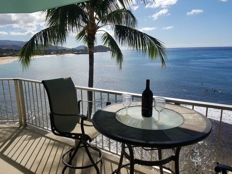 Direct Ocean Front 2 bed, 1 bath, full kitchen, 190 sf lanai on Makaha Beach, alquiler de vacaciones en Waianae