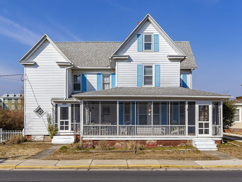 Great White is a stately Victorian Vacation Rental that sleeps 12 in the heart o – semesterbostad i Chincoteague