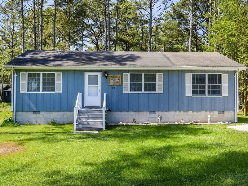 Beach Pines is a fabulous 3 Bedroom/2 Bath Vacation Home on Chincoteague Island., alquiler de vacaciones en Isla de Chincoteague