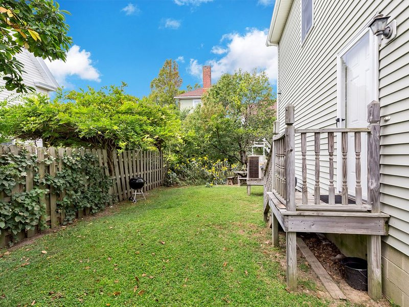 Victorian Cottage is in a great mid-town location near many shops and restaurants, and only steps to Robert Reed Park.