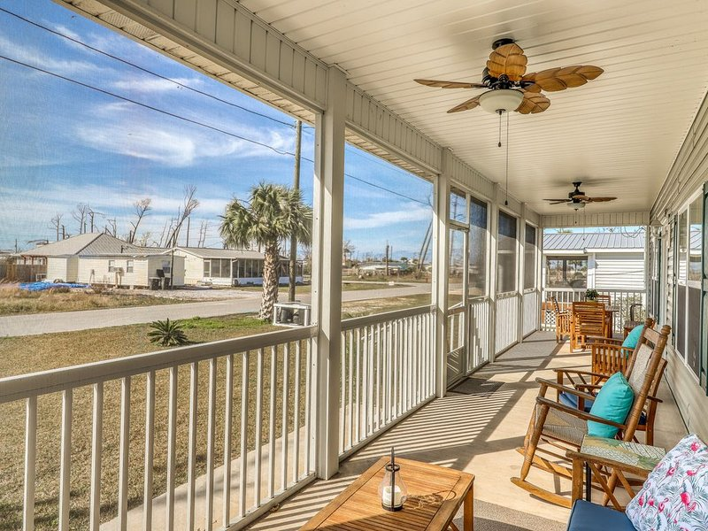 Gorgeous coastal home w/ full kitchen & screened-in porch - close to the beach! – semesterbostad i Mexico Beach