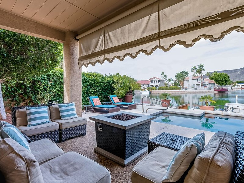 Waterfront getaway w/ heated pool, outdoor dining area, & private pontoon boat!, alquiler vacacional en Peoria