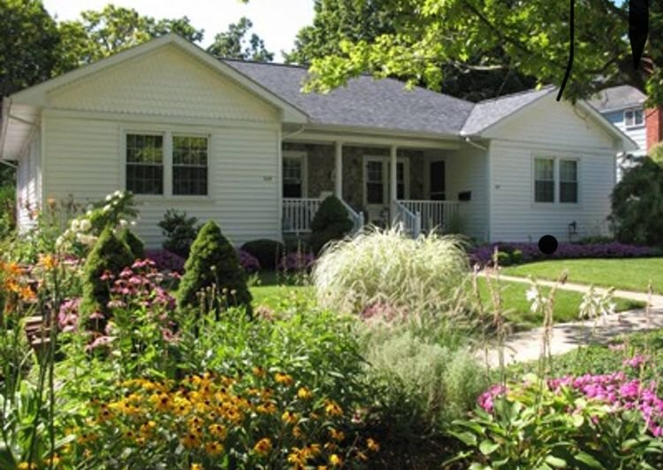 Charming downtown Milford home with finished basement and lush front & backyards, holiday rental in Milford