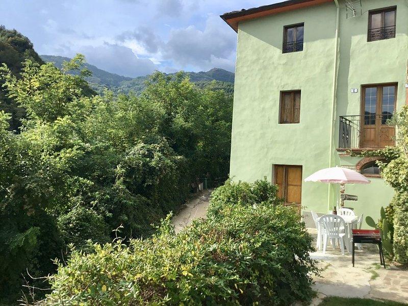 BORGO A MOZZANO HOUSE CLOSE TO TOWN CENTRE WITH LOVELY MOUNTAIN VIEWS, holiday rental in Borgo a Mozzano