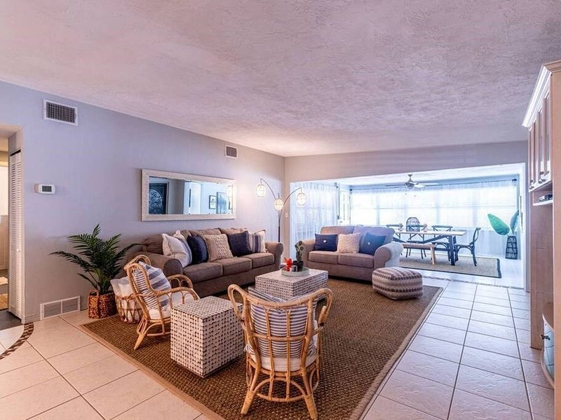 Spacious and Cozy Beach House with a Pool a Block and a Half From the Beach, holiday rental in Redington Beach