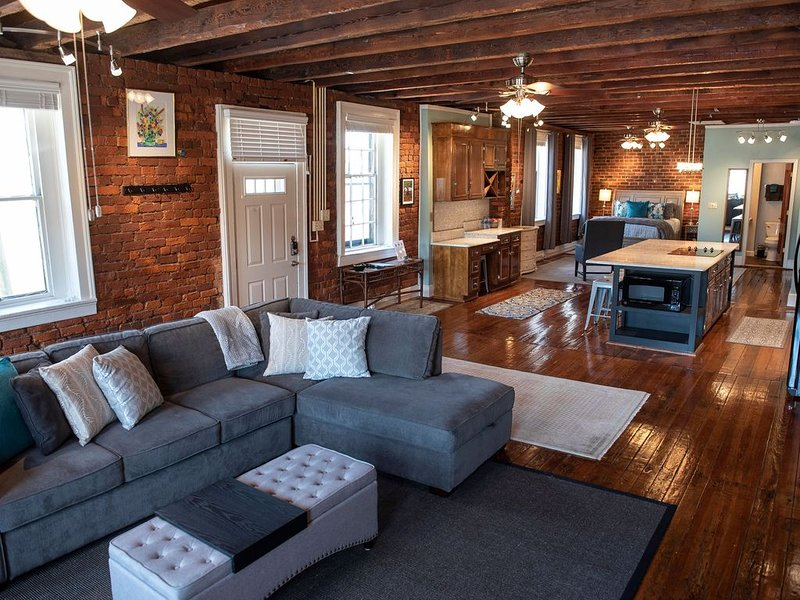Downtown Lynchburg Historic Loft on Main Street with Parking Spot, holiday rental in Appomattox