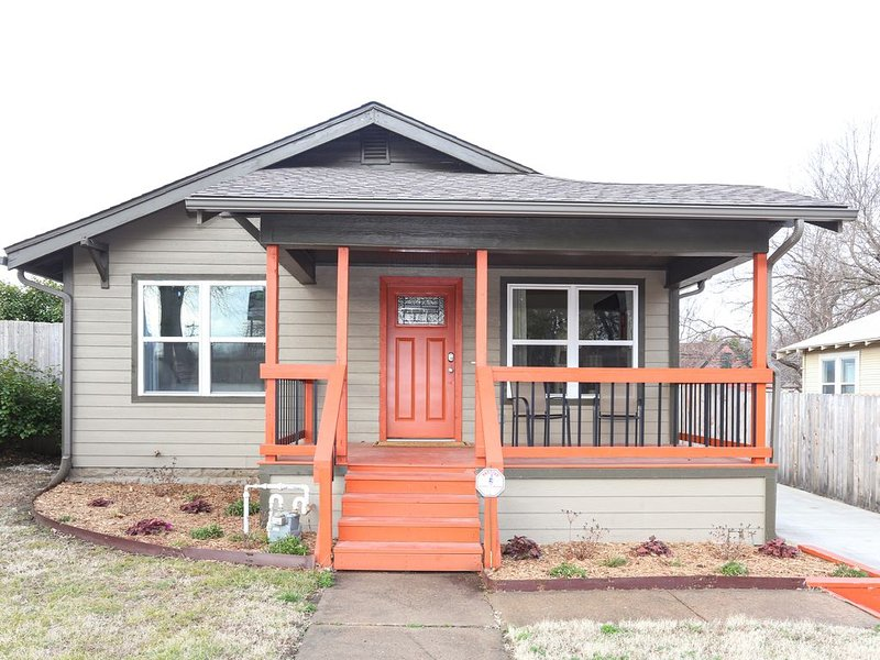 NEW - The Cowboy Cottage in Midtown Tulsa, holiday rental in Sand Springs