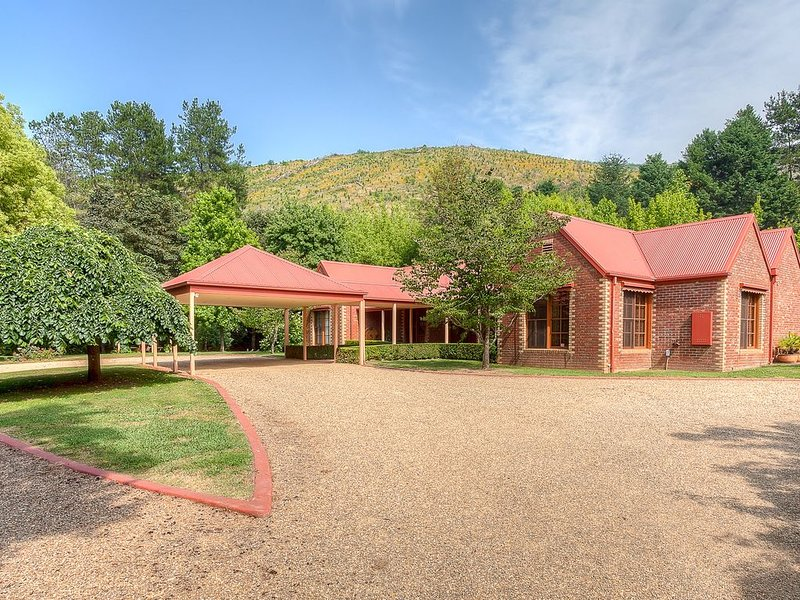 House with gorgeous grounds close to town plus separate cottage, alquiler de vacaciones en Eurobin