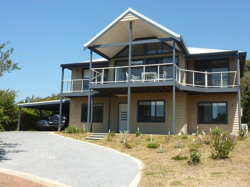 Jay's Beach House - an easy walk to the ocean and the Colourpatch Cafe by the ri, holiday rental in Karridale