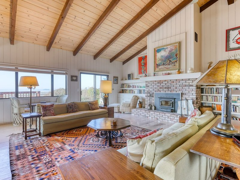 Spacious, quaint home with panoramic bay views and large deck!, vacation rental in Loleta