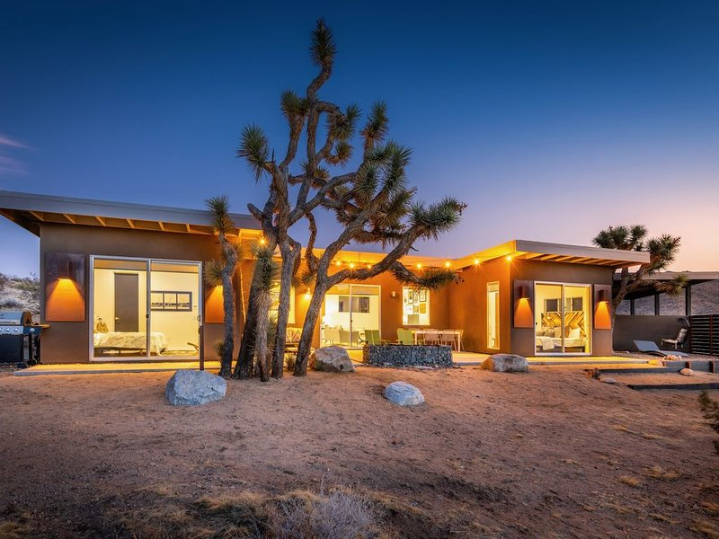 Shelter 1: High Style Modern A Mile From Joshua Tree National Park, vacation rental in Joshua Tree