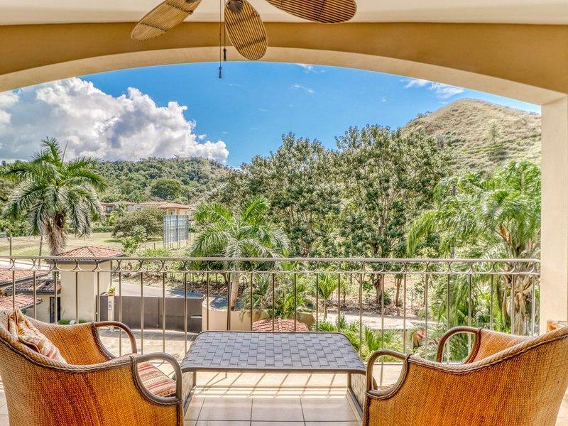 Beautiful condo w/ great location, balcony and shared pool - near to Jacó beach, alquiler de vacaciones en Herradura