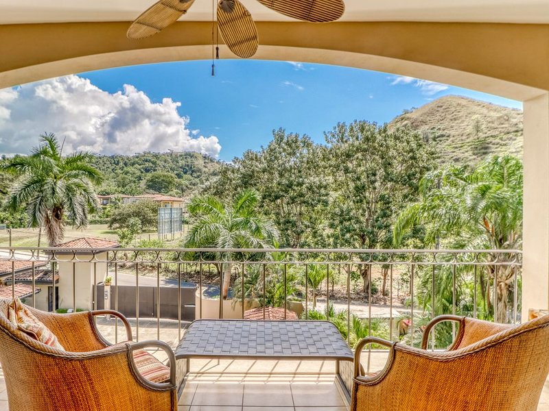 Beautiful condo w/ great location, balcony and shared pool - near to Jacó beach, holiday rental in Herradura