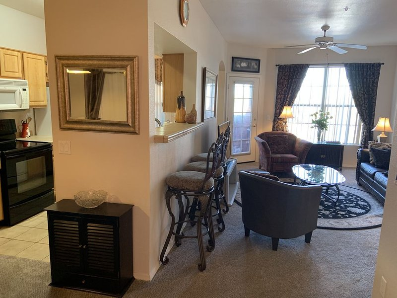 RECENTLY REMODELED! New carpeting, paint & decorator items., casa vacanza a Sun City