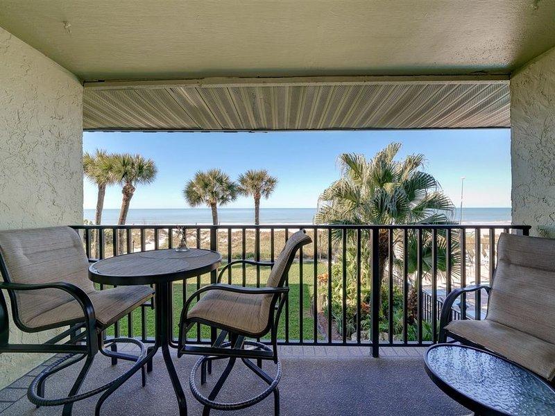 Stunning Gulf Sunsets, Newly Renovated, Full Beachfront, Enjoy!, casa vacanza a Indian Rocks Beach