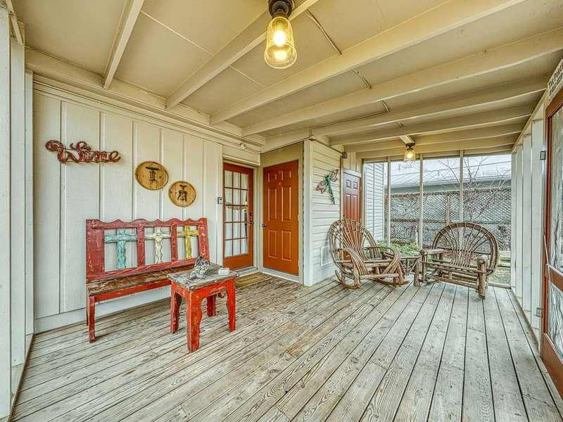 Peaceful home right near downtown - walk everywhere, 2 dogs welcome!, vacation rental in Fredericksburg