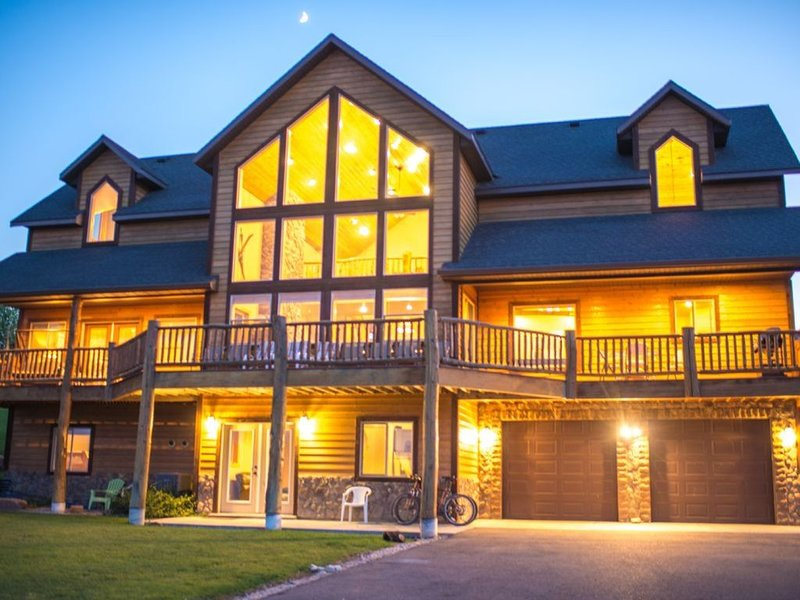 Beautiful Bear Lake Lodge~ Great View of the Lake, vacation rental in Garden City