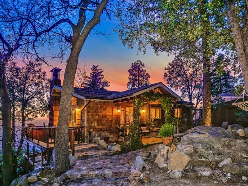 Ridgetop Cabin with spectacular views and hot tub, location de vacances à Pine Cove