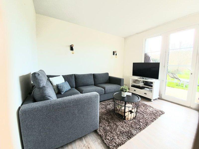 House near rugged coastline and beach, 2 bedrooms, sleeps 6, aluguéis de temporada em Talmont Saint Hilaire