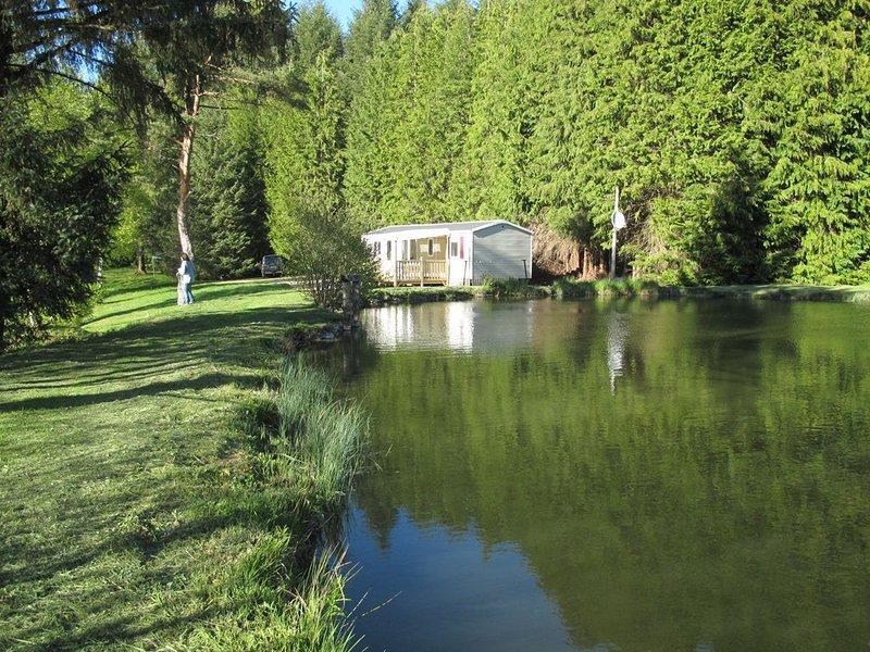 Mobil home tout confort  avec terrasse  au bord d'étangs de pêche ;   barque., location de vacances à Ménessaire