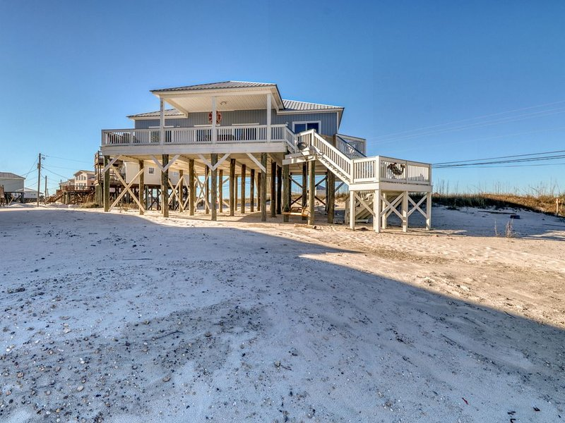Beachside home with covered deck, full modern kitchen, & free WiFi, aluguéis de temporada em Grand Bay
