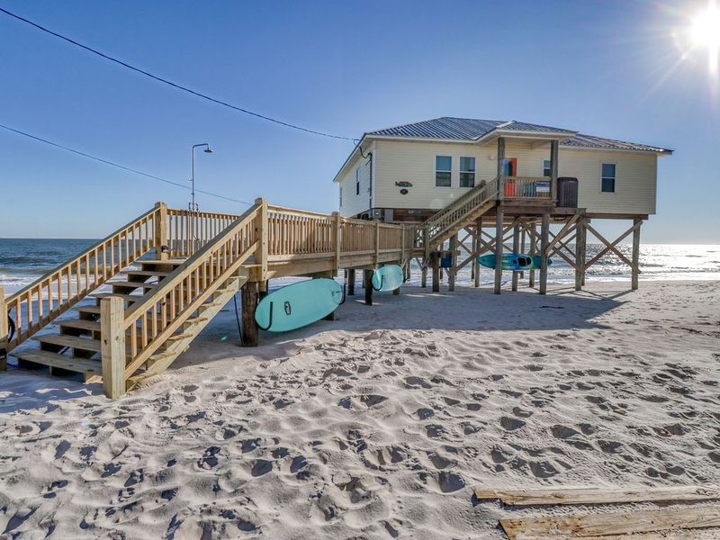 Sprawling beach house w/covered deck, remodeled kitchen, moments from beach, alquiler de vacaciones en Fort Morgan