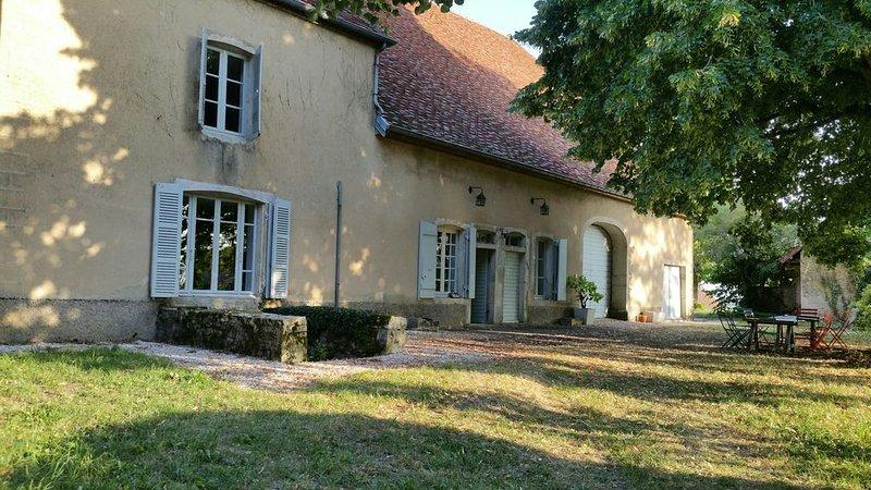 Maison ancienne sur une motte médiévale au coeur d'un village du Val d'Amour, holiday rental in Dole