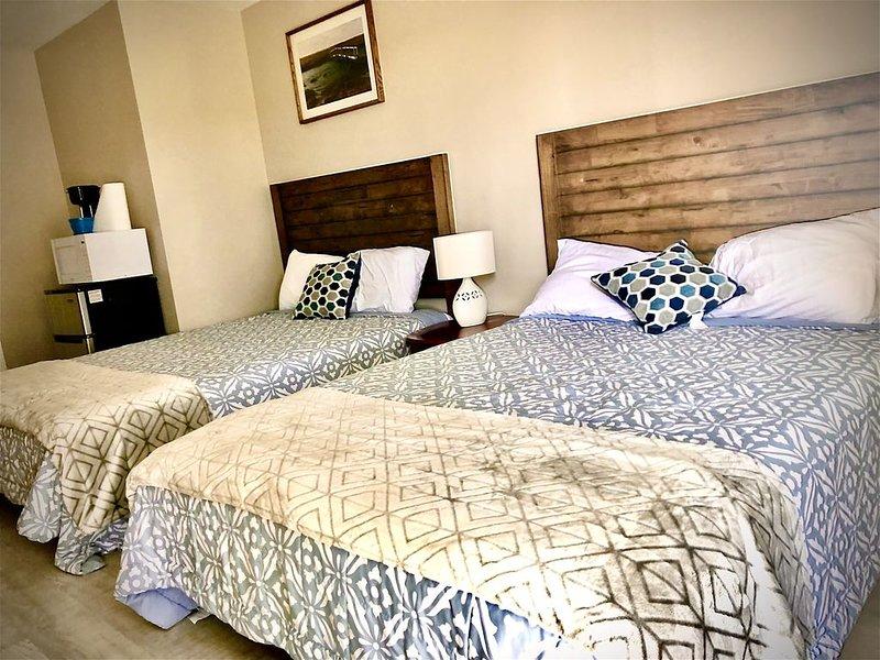 Suite 201 - Single Room with 2 Queens - Sandy Beach Suites - PET FRIENDLY, casa vacanza a Long Beach