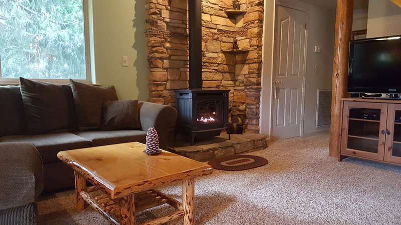 Custom Cabin 15 Miles to Yosemite South Entry - 1.3 Miles to Bass Lake & Wet Bar, holiday rental in Oakhurst