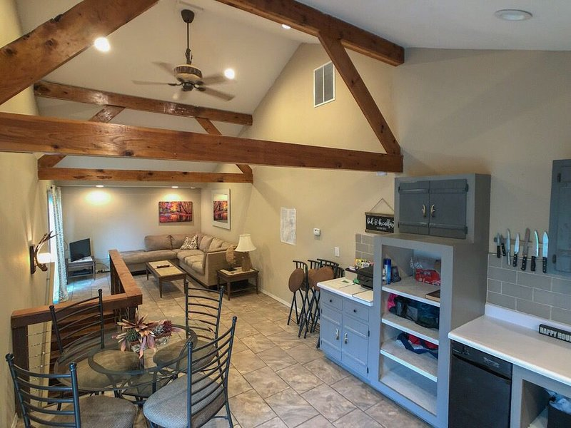 River cabin Close to Springfield for work or play, vacation rental in Nixa