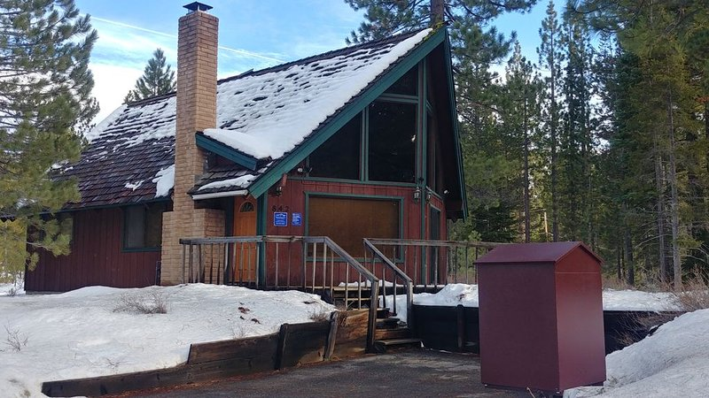 Cozy Secluded Cabin in the Woods steps to the Upper Truckee River, 15 minutes to, alquiler vacacional en Twin Bridges