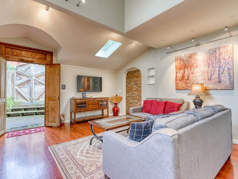 Modern home w/ a beautiful garden, Netflix streaming, & great downtown location!, holiday rental in Humboldt County