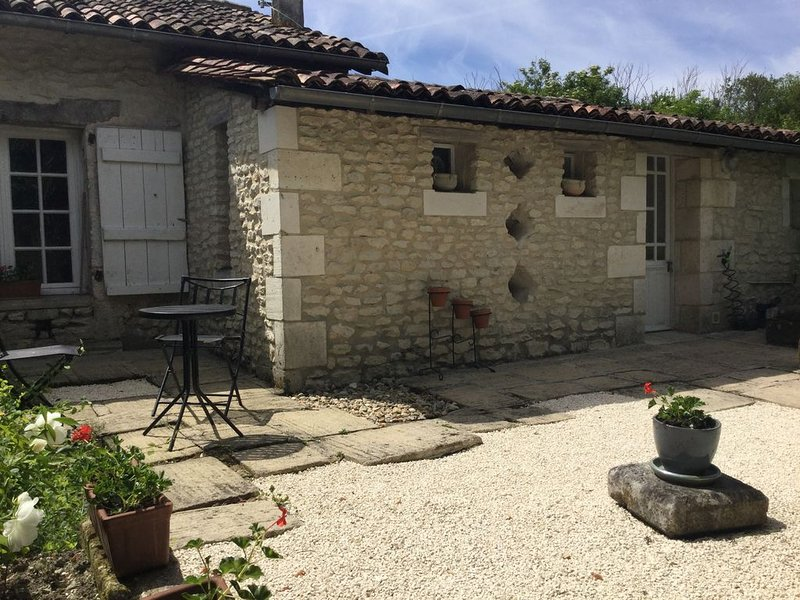 Welcoming cottage in a peaceful rural setting - a perfect retreat for two, holiday rental in Coutures