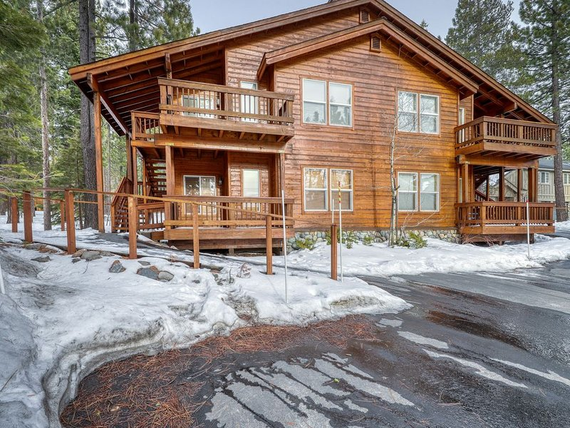 Modern retreat w/wooden touches, shared hot tub, pool, sauna, basket & tennis, holiday rental in Truckee