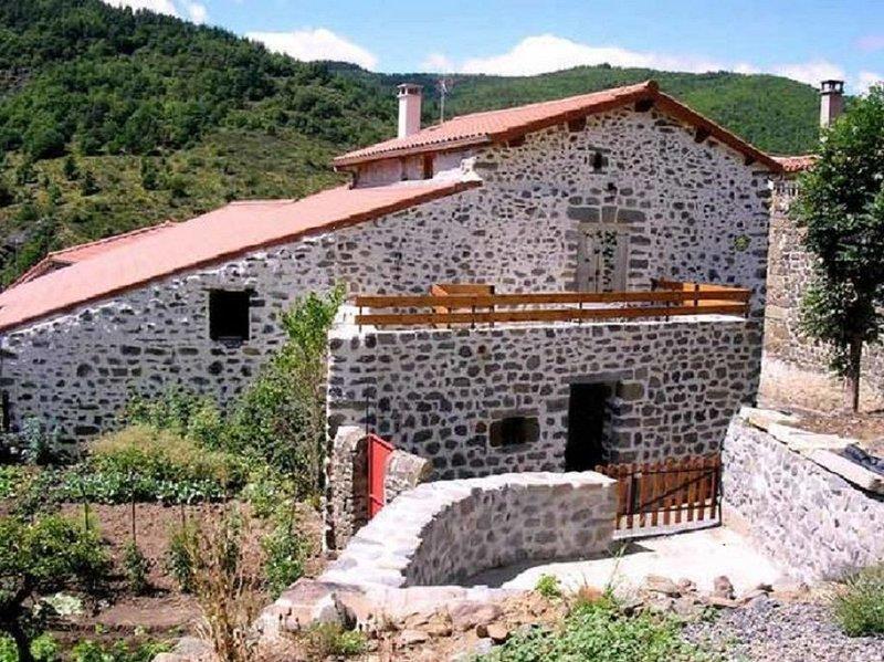 La Chèvrerie, maison dans un village calme avec un environnement sauvage, holiday rental in Saugues