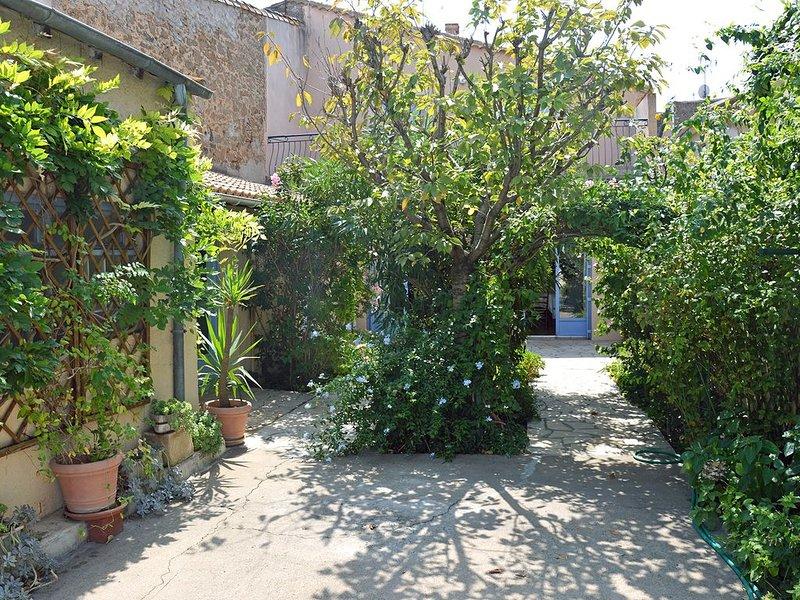 Grande maison de village de 170 m2, avec jardin, pour 7 à 8 personnes, holiday rental in Bessan
