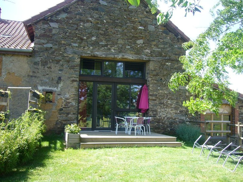 Gîte avec terrasse et jardin proche Cité épiscopale d'Albi et de Cordes sur Ciel, holiday rental in Serenac