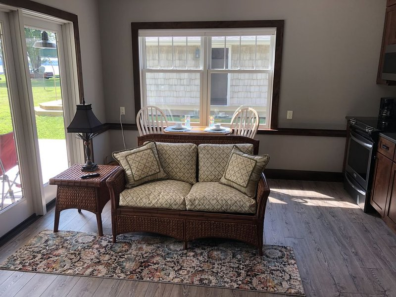 Cozy Lakefront on Pymatuning with Dock, holiday rental in Clarks Mills