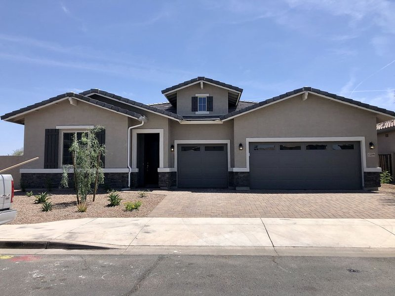 4 bed, 3.5 bath brand new ranch home, private pool and spa, backs to golf course, holiday rental in Buckeye