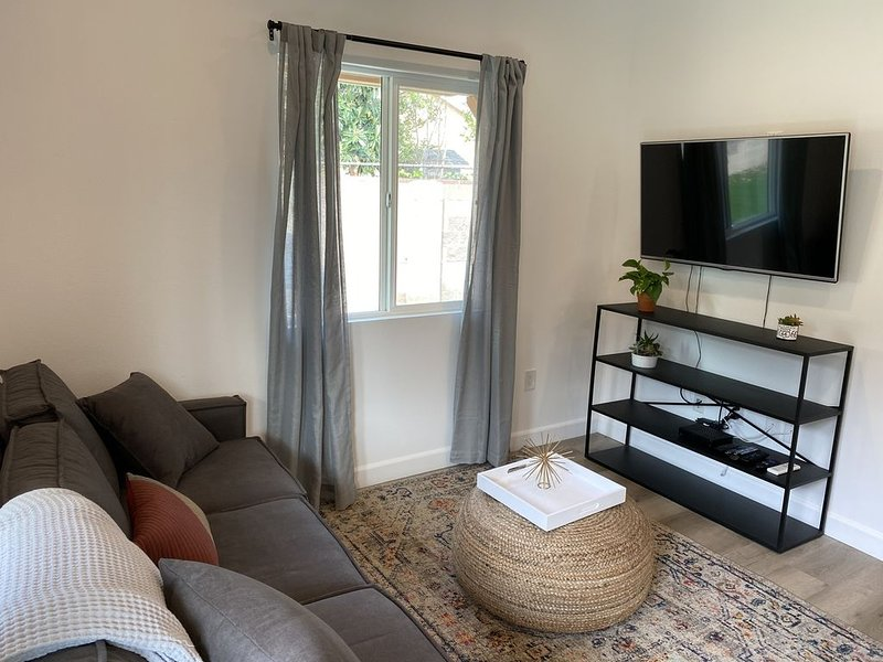 New 1 Bedroom 1 Bathroom Inviting Casita 10 minute walk to Metro link, holiday rental in San Fernando