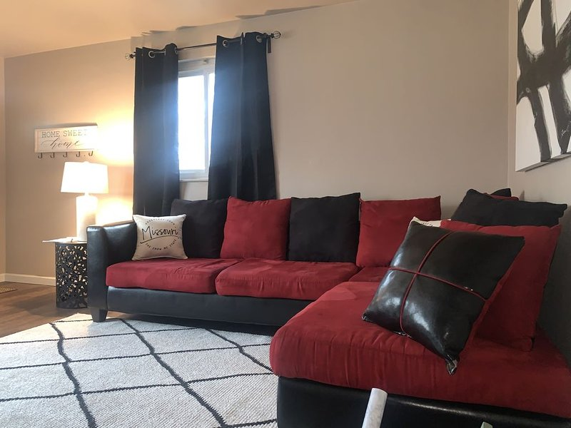 All New Cozy Guest Nest home mins from the airport -Extended Stay  (Unit B), holiday rental in Alton
