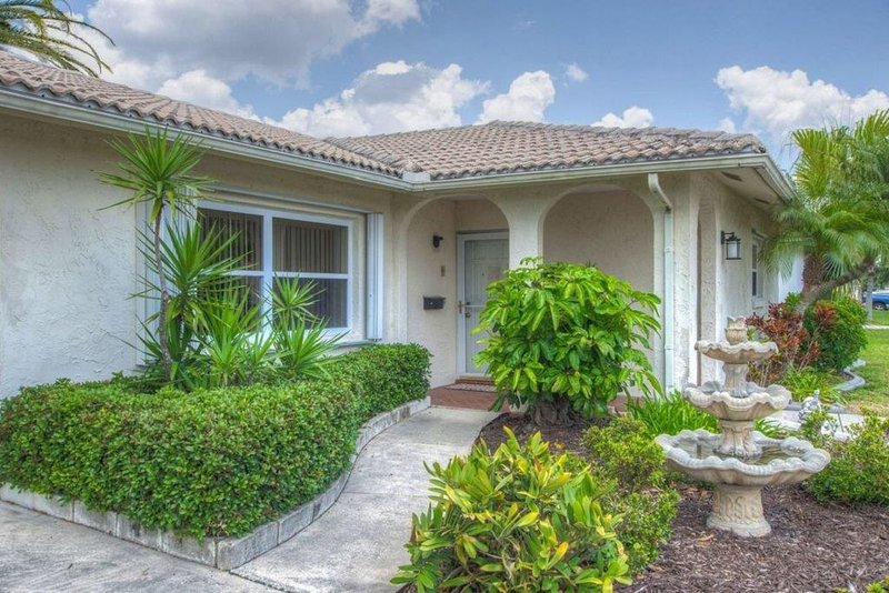 SUPER CLEAN Home on Canal w/ Private Pool, alquiler de vacaciones en New Port Richey