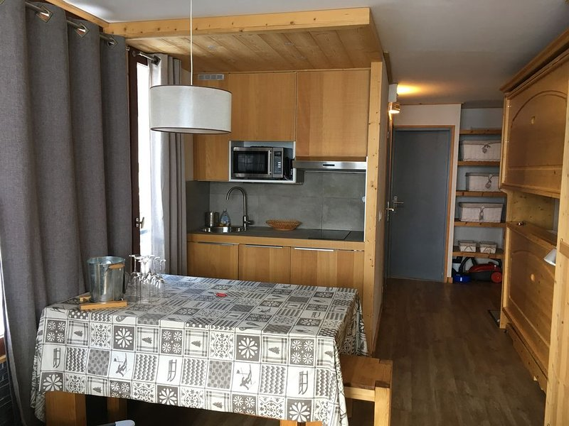 APPARTEMENT standing, 6 pers, calme, veritable skis aux pieds face grande motte, holiday rental in Tignes