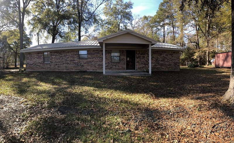 *Cozy Home on Toledo Bend* Big Circle Drive* Boat Parking* Close to Boat Ramp*, holiday rental in Milam
