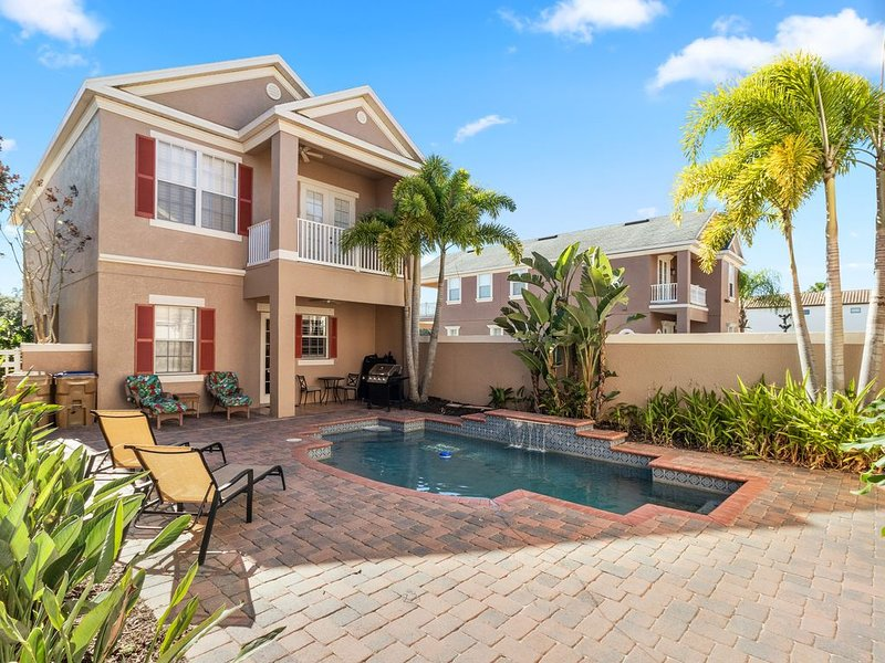 Prestigious home w/ a private pool, spa, & golf views plus a garage apartment, holiday rental in Loughman