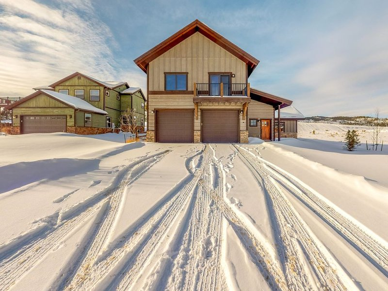Peaceful & modern mountain-view home w/private grill, hot tub & washer/dryer, location de vacances à Tabernash
